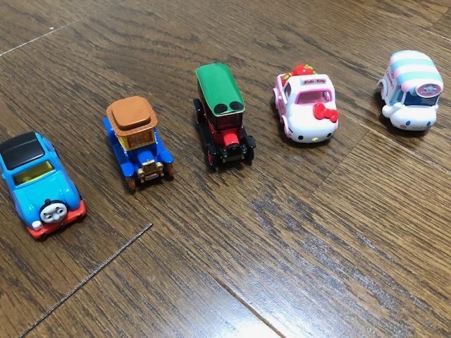 我が家にあるドリームトミカシリーズのミニカーです。 左からトーマス、ディズニー、キティーちゃんシリーズ!
