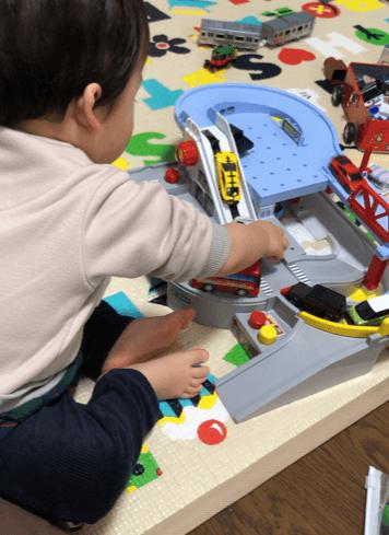 「トミカと走ろうぐるぐるバスタウン」で遊ぶ子供