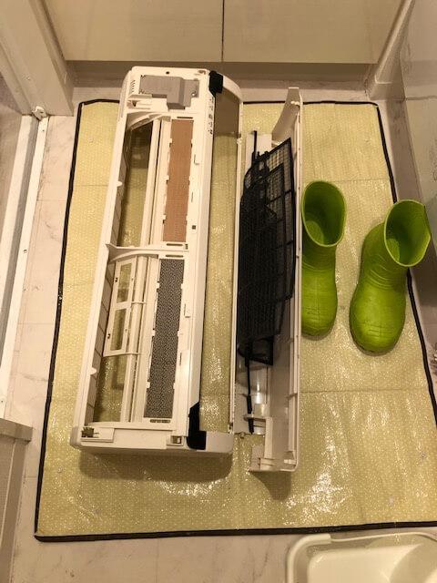 取り外した部品をお風呂場で掃除
